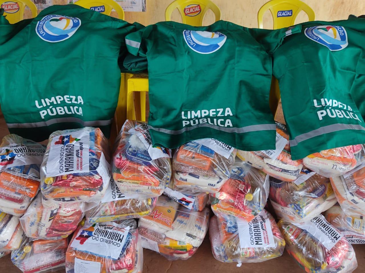 Novos Tempos: Garis recebem do prefeito Alex Almeida, novo fardamento e cesta básica,